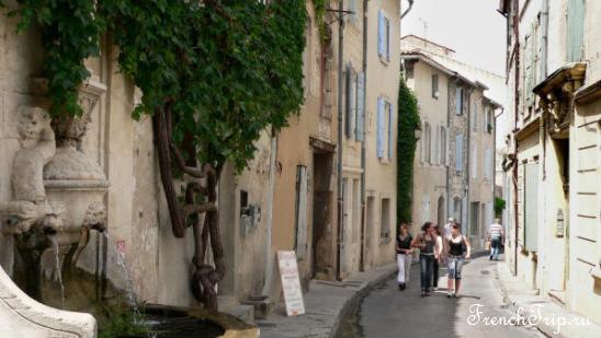 Улица Saint-Rémy-de-Provence (Сен-Реми-де-Прованс), Франция - достопримечательности Сен-Реми, Гланум,, путеводитель по городу СЕн-Реми. Что посмотреть в Сен-Реми, Ван Гог в Сен-Реми, Saint Paul de Mausole