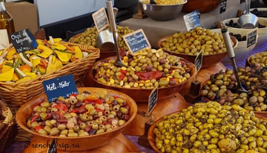 Маринованные оливки на рынке в Провансе - специалитеты из Прованса. фирменные блюда Прованса, традиционные блюда Прованса, кухня Прованса