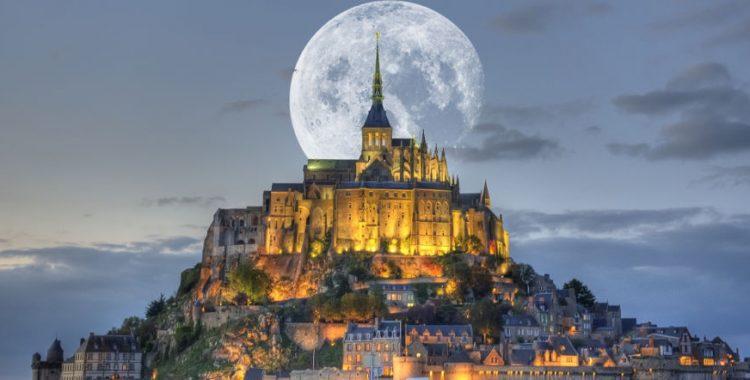 mont-st-michel-et-lune - аббатство Мон Сен МИшель, Франция
