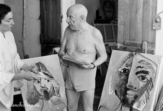 Pablo Picasso on October 18, 1971, at his studio in Mougins, talking with his wife Jacqueline