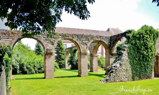 Munster, Alsace_fountain_abbey ruins